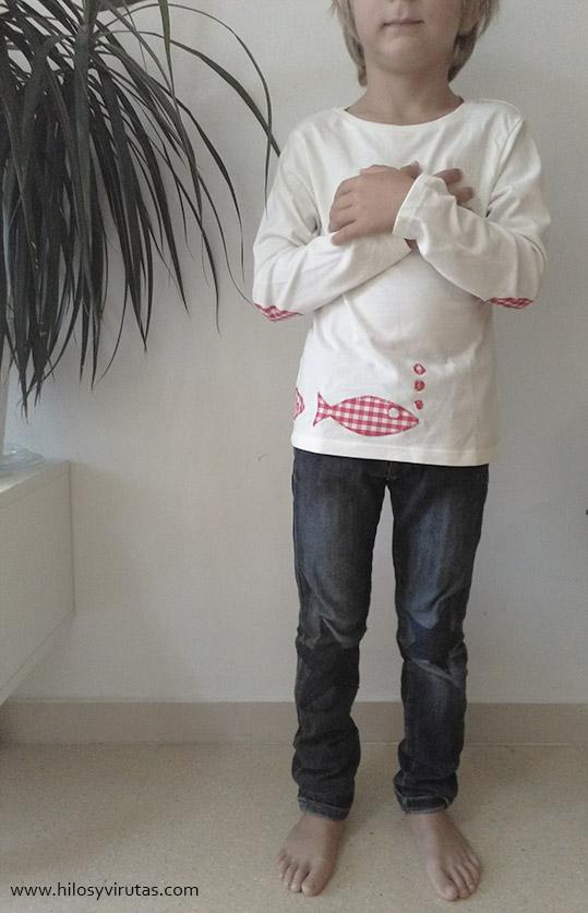 camiseta con coderas parches peces pantalón